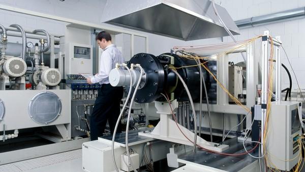 Onze dienstverlenende activiteiten omvatten naast de ontwikkeling en productie van de beschreven producten ook de realisatie van proefbank- en voorafgaande tests, evenals de diagnose en herstelling van hoogwaardige lagers.