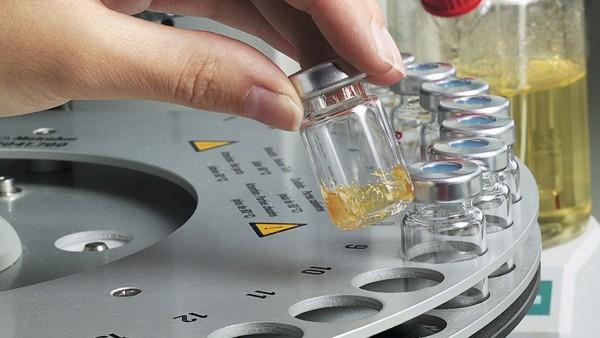 In het eigen smeermiddelenlaboratorium test Schaeffler de gebruikte smeermiddelen.